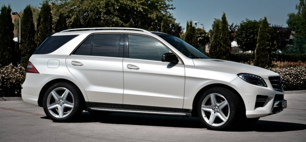 Mercedes ML oklejony foli� w kolorze Diamond White Matte z palety PWF Platinum Wrapping Fil